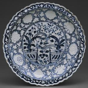 Dish with phoenix and flower motifs